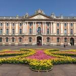 <b>Live : jardin éphémère place du Capitole, en hommage à la croix occitane #Toulouse #visiteztoulousep...</b>