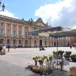 <b>1er mai : vente de muguet (et autres fleurs) place du Capitole #Toulouse #visiteztoulousepic.twitter...</b>