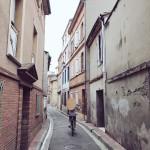 <b>#jeudiphoto t'y penses même quand tu vas acheter du beurre le matin... une ruelle de #Toulouse en pa...</b>