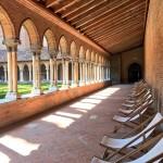 <b>Transats ou petites tables, tout invite à la détente au @CouventJacobins #Toulouse ! #visiteztoulous...</b>