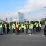 <b>Les gilets jaunes bloquent les centres Carrefour de Tourville-la-Rivière et Leclerc de Saint-Pierre-...</b>