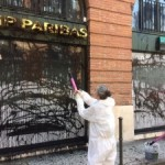 <b>Des militants d'Attac repeignent la façade de la BNP-Paribas pour dénoncer « l'argent sale » des ban...</b>