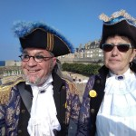 <b>Insolite : deux corsaires tout droit sortis du XVIIIème siècle dans les rues de Saint-Malo</b>