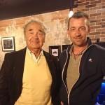 <b>Sarthe : Pierre Perret dédicace pour la première fois de sa vie le mur d&#039;un restaurant</b>