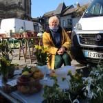 <b>PORTRAIT. A 79 ans, Paulette Signol vend ses fleurs sur les marchés du Neubourg, de Louviers et Caud...</b>