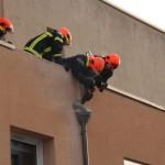 <b>VIDEO. De la fumée s'échappe d'un toit terrasse en travaux à Argentan</b>