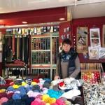 <b>PORTRAIT. Sur le marché au Neubourg : un stand de mercerie qui tisse du lien</b>