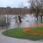 <b>En images. La Garonne déborde au centre-ville de Toulouse, le pic de crue attendu dans la nuit</b>