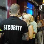 <b>Toulouse. Refoulé de la discothèque, il fonce sur un vigile... armé d'une fenêtre en guise de b...</b>