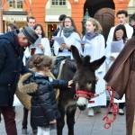 <b>Toulouse : aux cris de « Stop aux fachos ! », ils s'en prennent à une crèche de Noël pour enfan...</b>